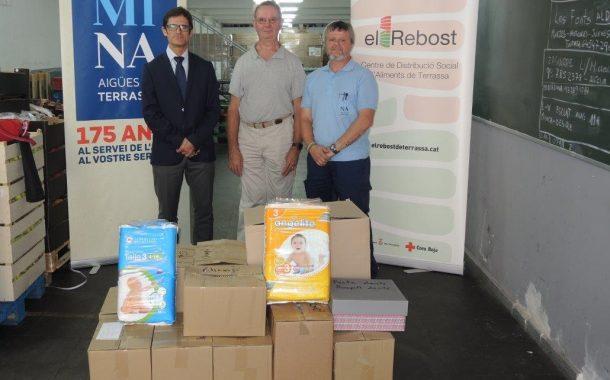 El personal de Mina lliura un lot de productes de primera necessitat i higiene a El Rebost