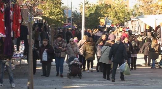 Els compradors aprofiten el dia festiu amb molts comerços oberts