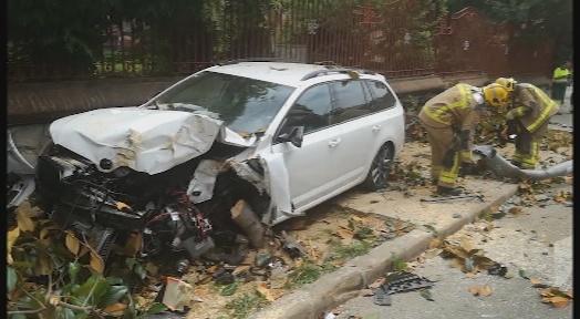 Espectacular accident de trànsit davant de l'Escola Industrial