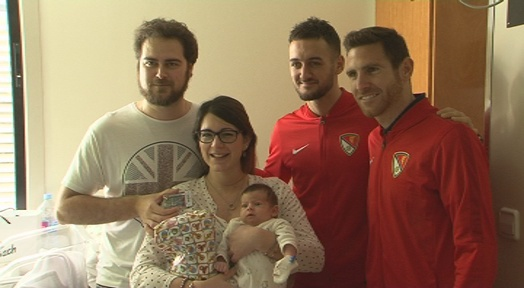 Somriures i molts regals en la visita de la plantilla del Terrassa FC a Mútua i a Hospital