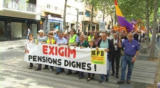 Unes 300 persones es manifesten per exigir unes pensions dignes