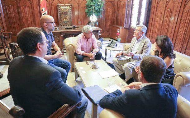 Els promotors i constructors es reuneixen amb l'alcalde Alfredo Vega