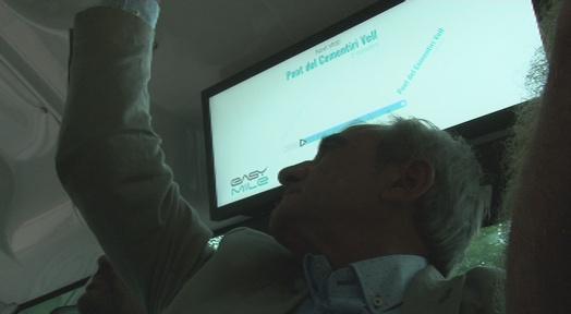 L'alcalde Alfredo Vega i Marc Armengol comproven el funcionament de l'Èrica
