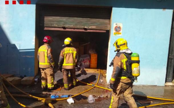 Dues persones ferides en un aparatós incendi a un magatzem del barri d'Ègara