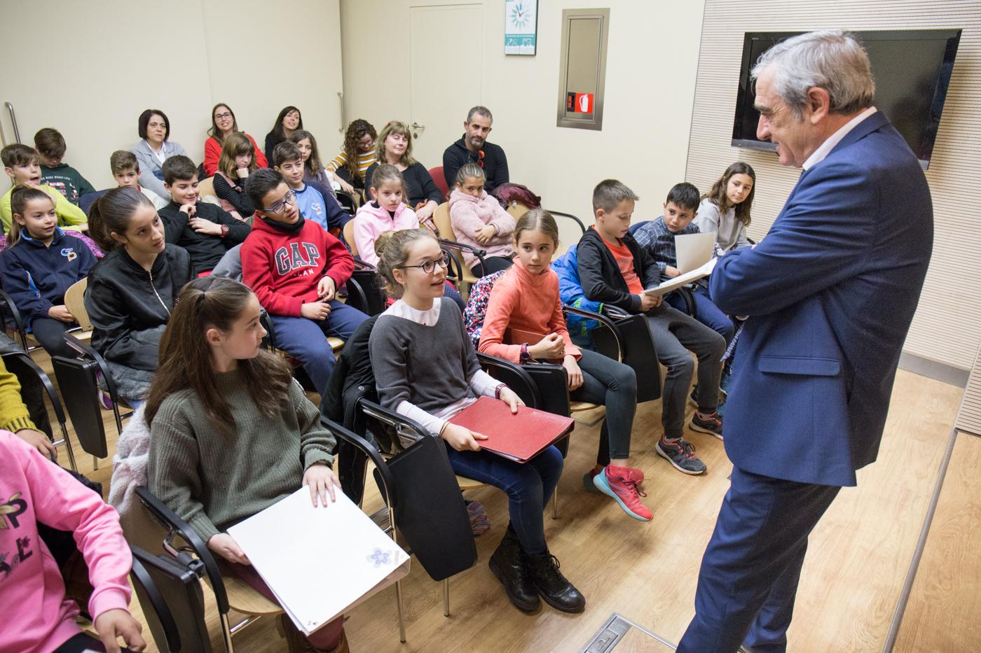 L'Alcalde s'interessa pels projectes d'empreneduria d'alumes de Primària