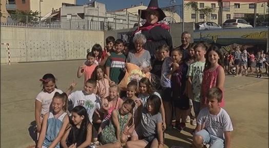L'Escola Roser Capdevila bateja la seva gegantona, la Bruixa Divertida