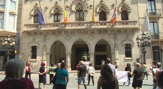 Protesta de les treballadores de menjadors escolars perquè no cobren l'ERTO de SERHS