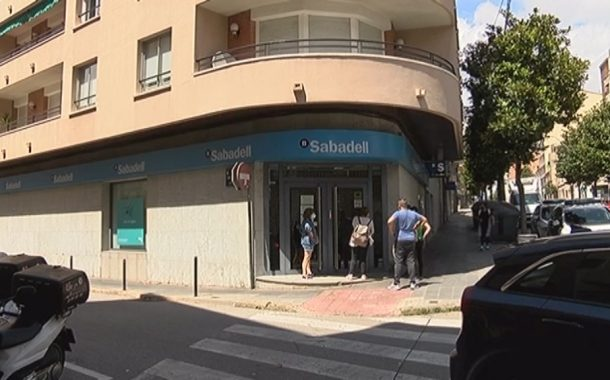 Protesta de la PAH al Banc Sabadell per donar suport a una parella jubilada