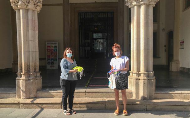 L'Institut de Terrassa lliura a l'Ajuntament 50 mascaretes infantils fetes pels alumnes