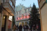 Terrassa se suma al Dia Mundial de la Sida il·luminant la façana de l'Ajuntament de vermell