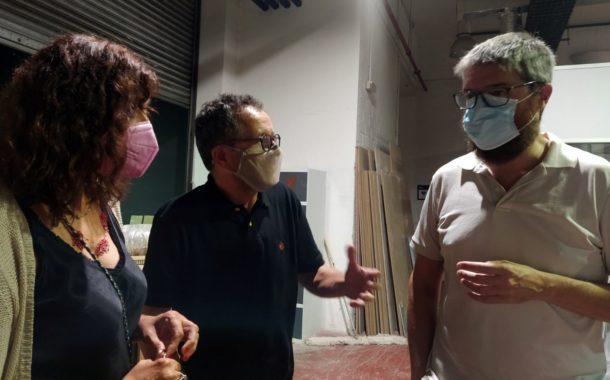 El regidor d'Universitats visita els tallers de fotografia i d'escena de l'ESCAC