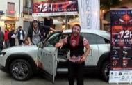 Dos personatges inquietants aterren a la Plaça Vella per fer promoció de Les 12h Fantàstiques